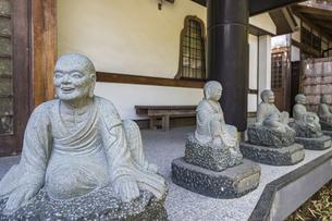伊豆修禅寺 様々なポーズで座る地蔵が並ぶ檀信徒会館の写真素材 [FYI04886144]