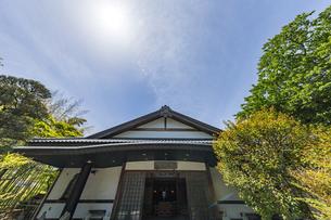 伊豆修禅寺 様々なポーズで座る地蔵が並ぶ檀信徒会館の写真素材 [FYI04886151]