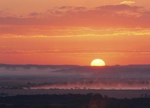 釧路湿原の日の出(北海道・鶴居村)の写真素材 [FYI04886171]