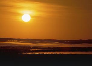 釧路湿原の日の出(北海道・鶴居村)の写真素材 [FYI04886189]
