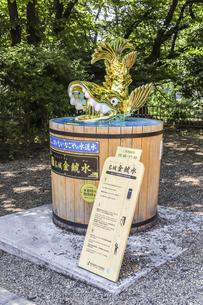 金シャチ横丁に設置された冷水機名城金鯱水の写真素材 [FYI04886276]