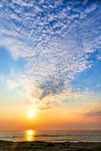犬吠埼長崎海水浴場より朝焼けに染まる空と太平洋に輝く巻積雲の写真素材 [FYI04886283]