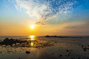 犬吠埼西明浦より宝満(長崎鼻)などの磯と朝焼けに染まる空と太平洋に輝く巻積雲の写真素材 [FYI04886288]