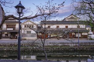 春の朝、静かな倉敷美観地区の街並み(倉敷川の桜)の写真素材 [FYI04886303]