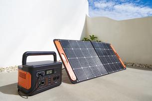 ポータブルバッテリーとソーラーパネルの写真素材 [FYI04886576]