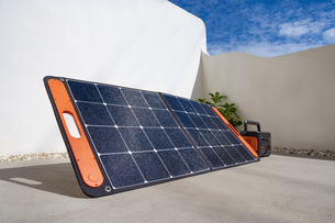 ソーラーパネルとポータブルバッテリーの写真素材 [FYI04886577]