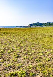 犬吠埼君ヶ浜しおさい公園より犬吠埼灯台と太平洋の写真素材 [FYI04886609]