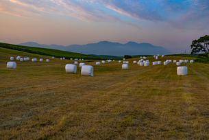 熊本県 阿蘇の草原より九重連山を望むの写真素材 [FYI04886681]