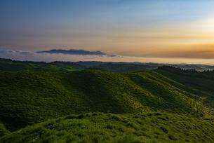 熊本県 箱石峠より雲海に浮かぶ九重連山を望むの写真素材 [FYI04886704]