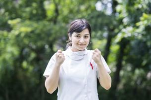 白衣の女性(看護師・歯科衛生士・サロンなど医療全般イメージ)の写真素材 [FYI04886820]