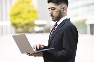 ノートPCを持つビジネスマンの写真素材 [FYI04886830]
