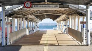 朝の瀬戸内海、高松港の浮桟橋(離島航路)の写真素材 [FYI04886914]