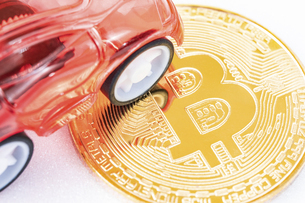 【仮想通貨】ビットコインと自動車 EVの写真素材 [FYI04886917]