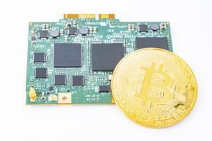 【仮想通貨】ビットコインと半導体 マイニングの写真素材 [FYI04886918]