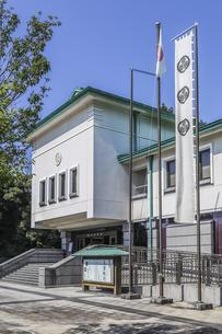 葵紋ののぼり旗が立つ徳川美術館入り口風景の写真素材 [FYI04887301]