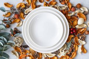 お皿のあるテーブルフォトの写真素材 [FYI04887511]