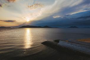 【香川県】空から見る夕方の海の風景 ドローン 空撮の写真素材 [FYI04887542]