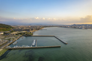【産業】漁船が港で停泊している風景 ドローン 空撮の写真素材 [FYI04887543]
