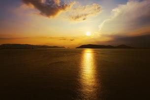 【香川県】空から見る夕方の海の風景 ドローン 空撮の写真素材 [FYI04887544]
