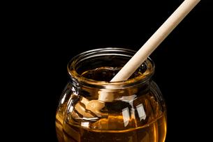 ガラスの小瓶にはいったハチミツの写真素材 [FYI04887822]