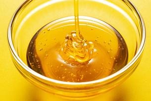 ガラスの小皿に蜂蜜の写真素材 [FYI04887844]
