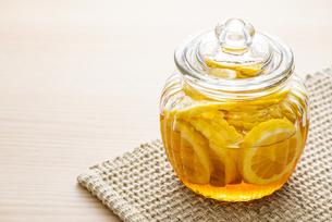 レモンの蜂蜜漬けの写真素材 [FYI04887857]