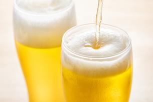 ビールをグラスに注ぐの写真素材 [FYI04887864]