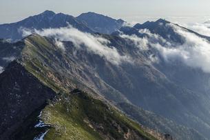 島田娘から中央アルプス南陵の山々の写真素材 [FYI04888039]