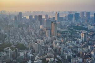 早朝の東京(麻布十番、田町、品川、東京湾方面)の写真素材 [FYI04888208]