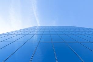 高層ビルを見上げるの写真素材 [FYI04888229]