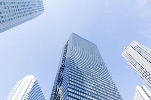 高層ビルを見上げるの写真素材 [FYI04888233]