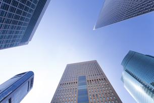 高層ビルを見上げるの写真素材 [FYI04888234]