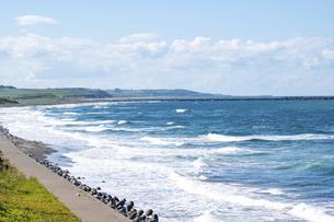 波が打ち寄せる海岸線の写真素材 [FYI04888377]