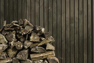 小屋に隅に積み重ねられた薪の写真素材 [FYI04889054]
