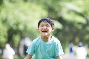 屋外で遊ぶ男の子の写真素材 [FYI04889057]