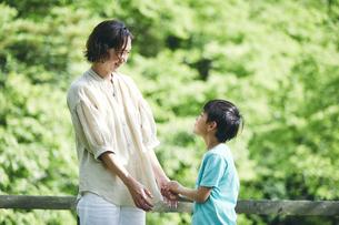 屋外で手をつなぐ親子の写真素材 [FYI04889058]