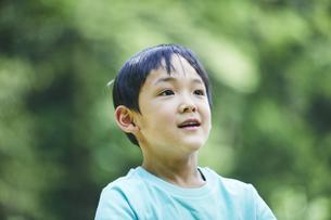 屋外で遊ぶ男の子の写真素材 [FYI04889059]