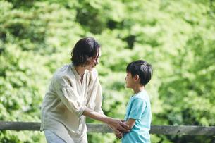 屋外で手をつなぐ親子の写真素材 [FYI04889060]