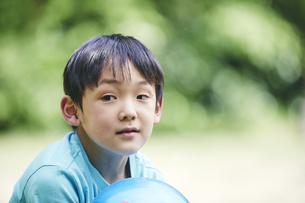 屋外で遊ぶ男の子の写真素材 [FYI04889061]