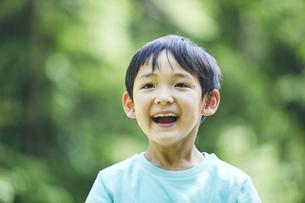 屋外で遊ぶ男の子の写真素材 [FYI04889062]