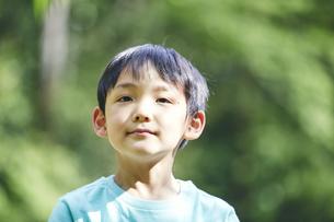 屋外で遊ぶ男の子の写真素材 [FYI04889074]