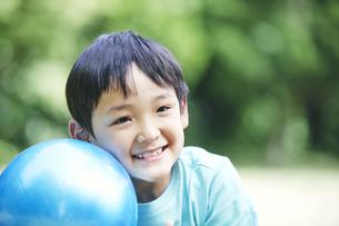 屋外で遊ぶ男の子の写真素材 [FYI04889084]