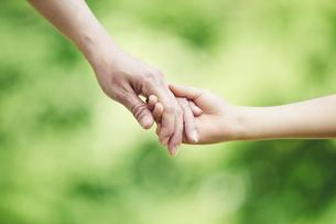 屋外で手をつなぐ親子の手の写真素材 [FYI04889085]