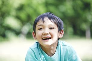 屋外で遊ぶ男の子の写真素材 [FYI04889087]