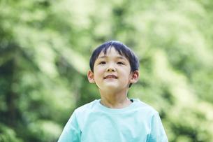 屋外で遊ぶ男の子の写真素材 [FYI04889090]