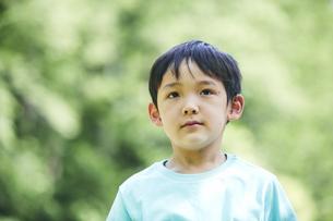 屋外で遊ぶ男の子の写真素材 [FYI04889092]