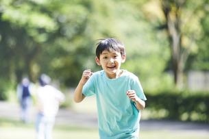 屋外で遊ぶ男の子の写真素材 [FYI04889095]