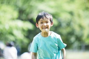 屋外で遊ぶ男の子の写真素材 [FYI04889096]