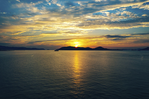 【香川県】空から見る夕方の海の風景 ドローン 空撮の写真素材 [FYI04889101]
