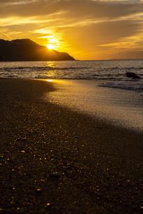 夕陽の海岸の写真素材 [FYI04889347]